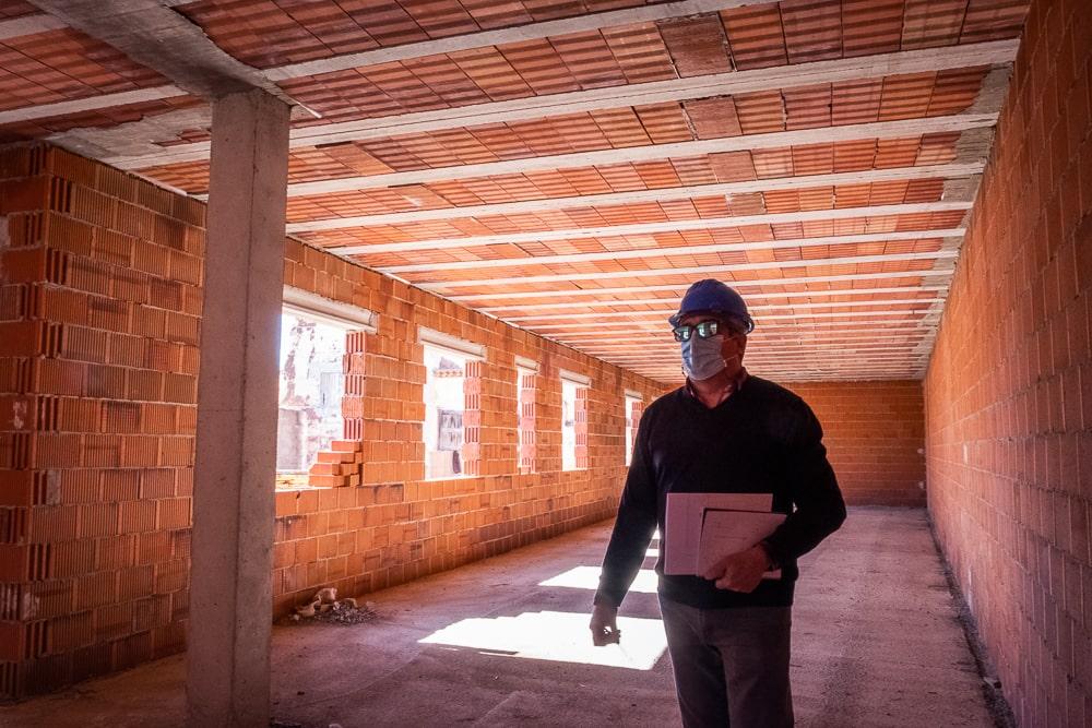 Arquitecto Técnico revisando planes de obra construcción Ciudad Real